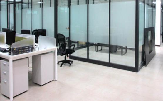办公室装修使用玻璃隔断装饰的一些好处